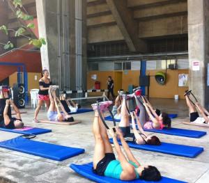Profª Erica Takigahira ministrando a aula de Pilates.